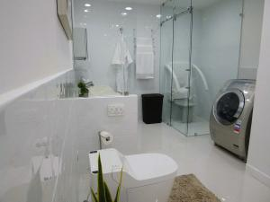 05_gatemala_showroom_bathroom.jpg