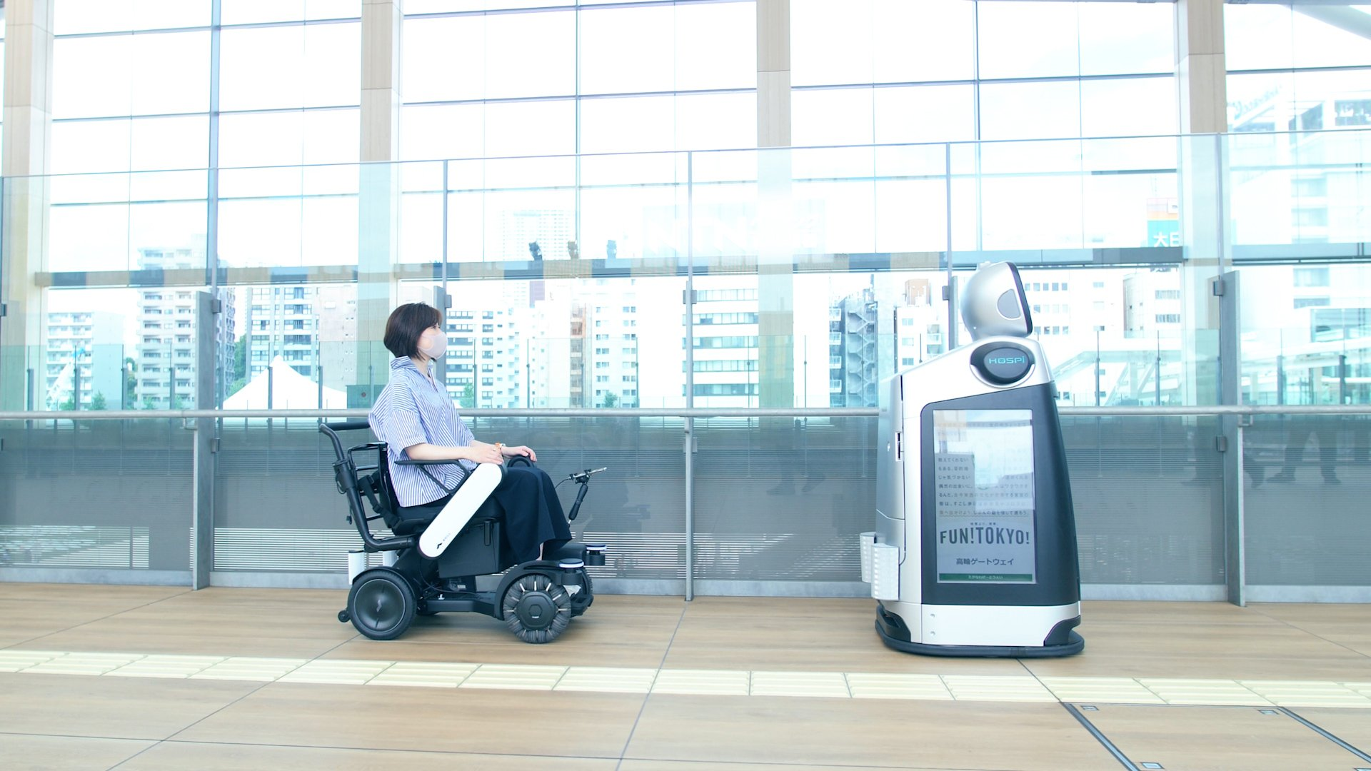 Photo: Guidance robot HOSPI Signage (right) and robotic mobility