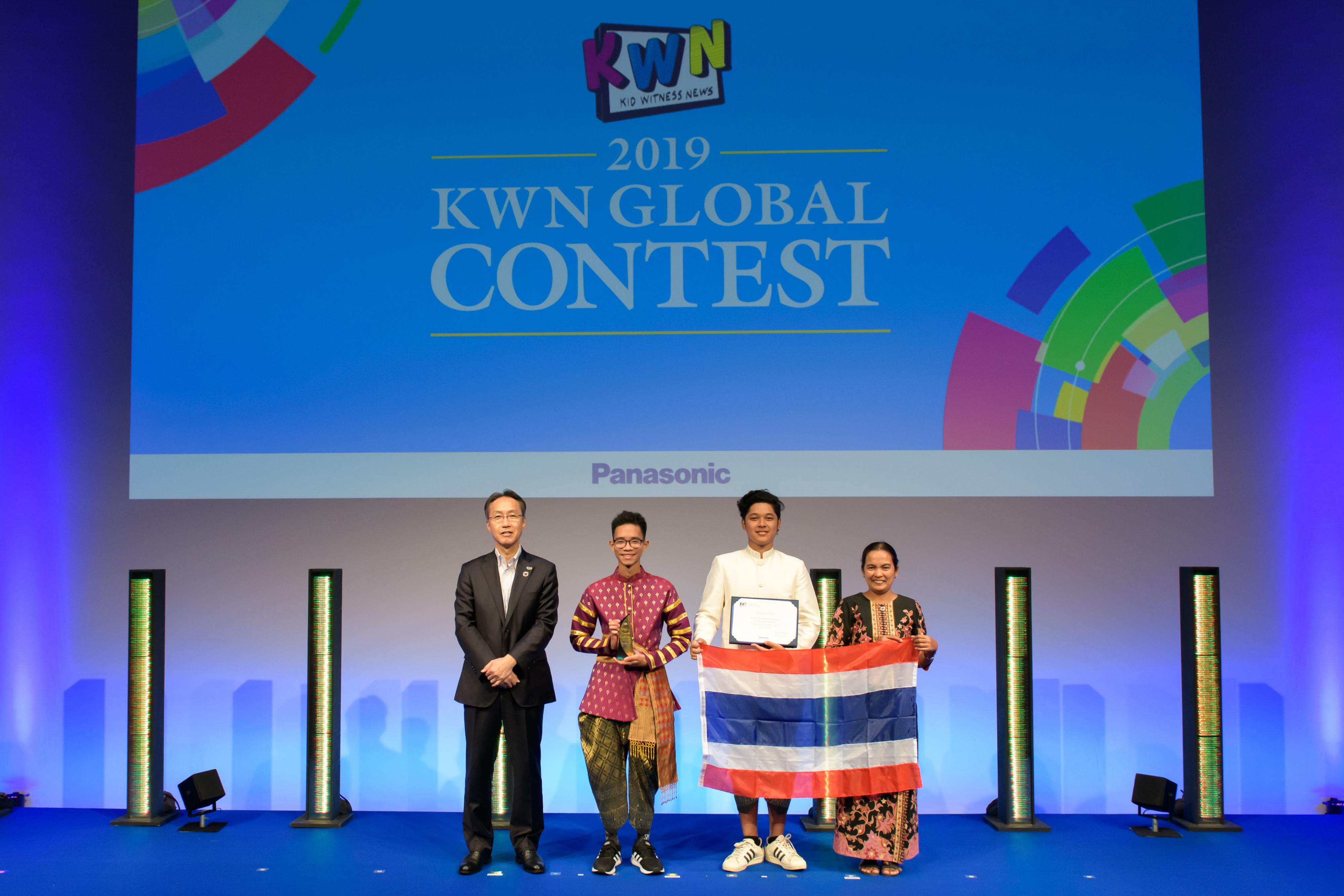 Photo: Executive Officer Satoshi Takeyasu (left) with the students from Thailand who won the Grand Prix in Secondary Category