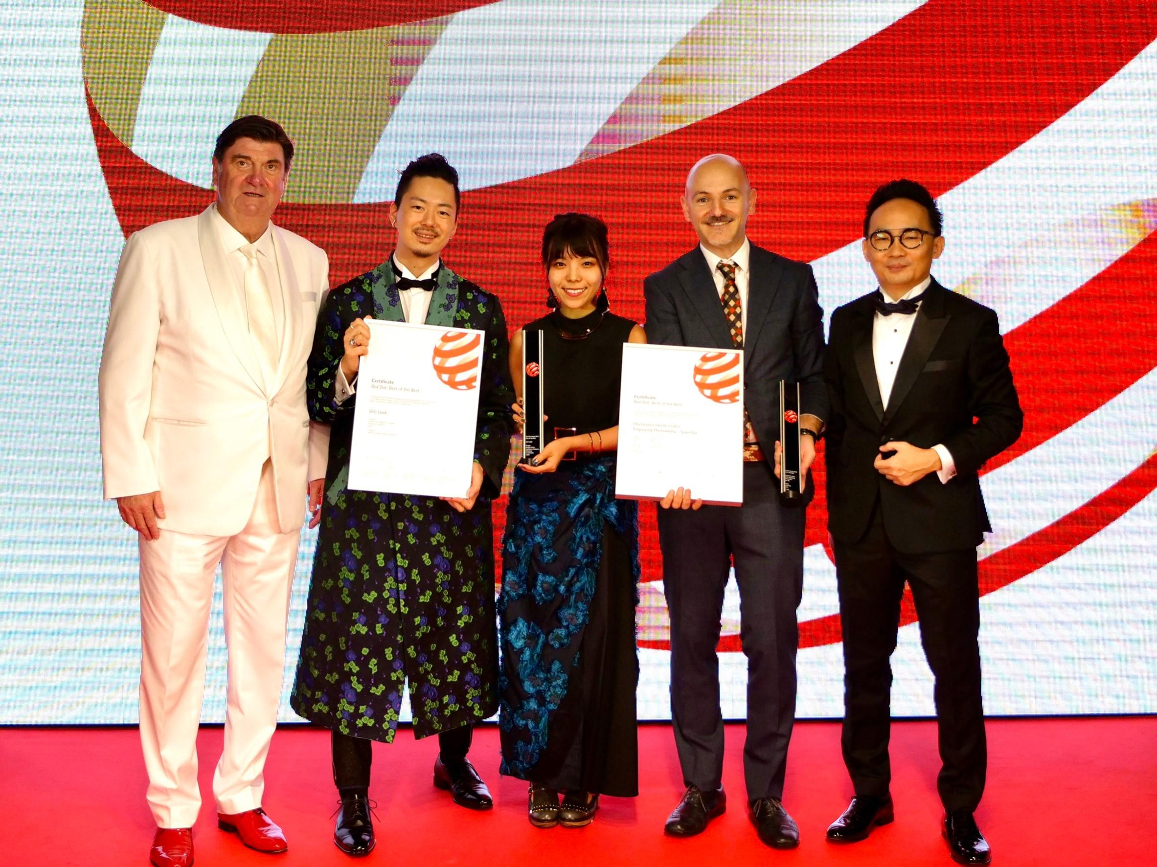 photo: Designers received the award at the Red Dot Design Award 2019 ceremony: Daisuke Takematsu (2nd from left), Haruka Matsunaga (3rd from left), Enrico Bergese (4th from left)
