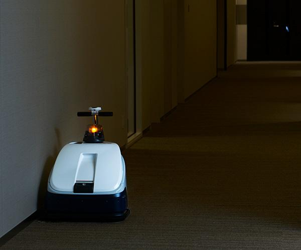 Developed with Teamwork, Cleaning Robots Busily Vacuum the Floors During the Wee Hours at Tokyo Midtown Hibiya
