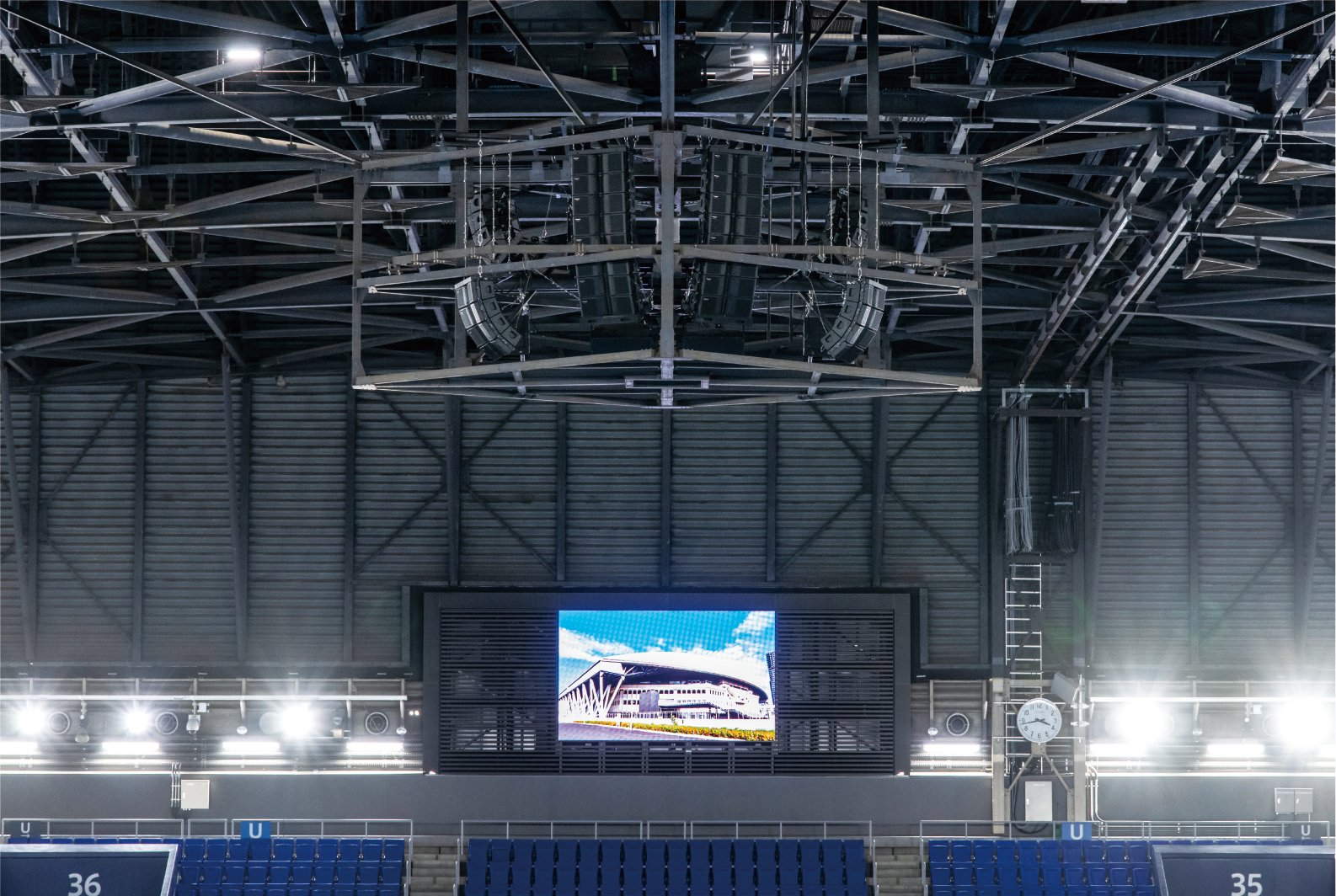 Photo: Line array speakers installed on the retractable roof of the Ariake Coliseum