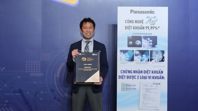 Photo: Mr. Azuma Yusuke, Head of Marketing, Refrigerator and Washing Machine, received the award of Best Hygiene Technology Products on behalf of the Company at Tech Award voted by VnExpress in January 2021