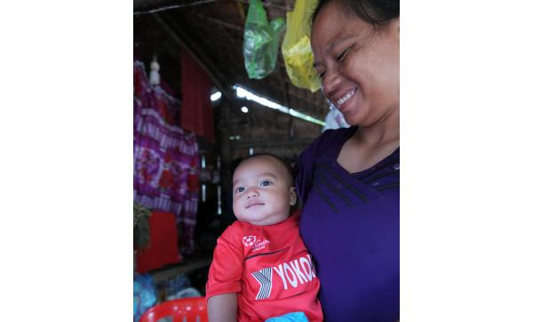 photo: A mother and her child in the village. The child smiled at us with his adorable eyes, and we look forward to seeing how the village will change by the time he becomes an adult.