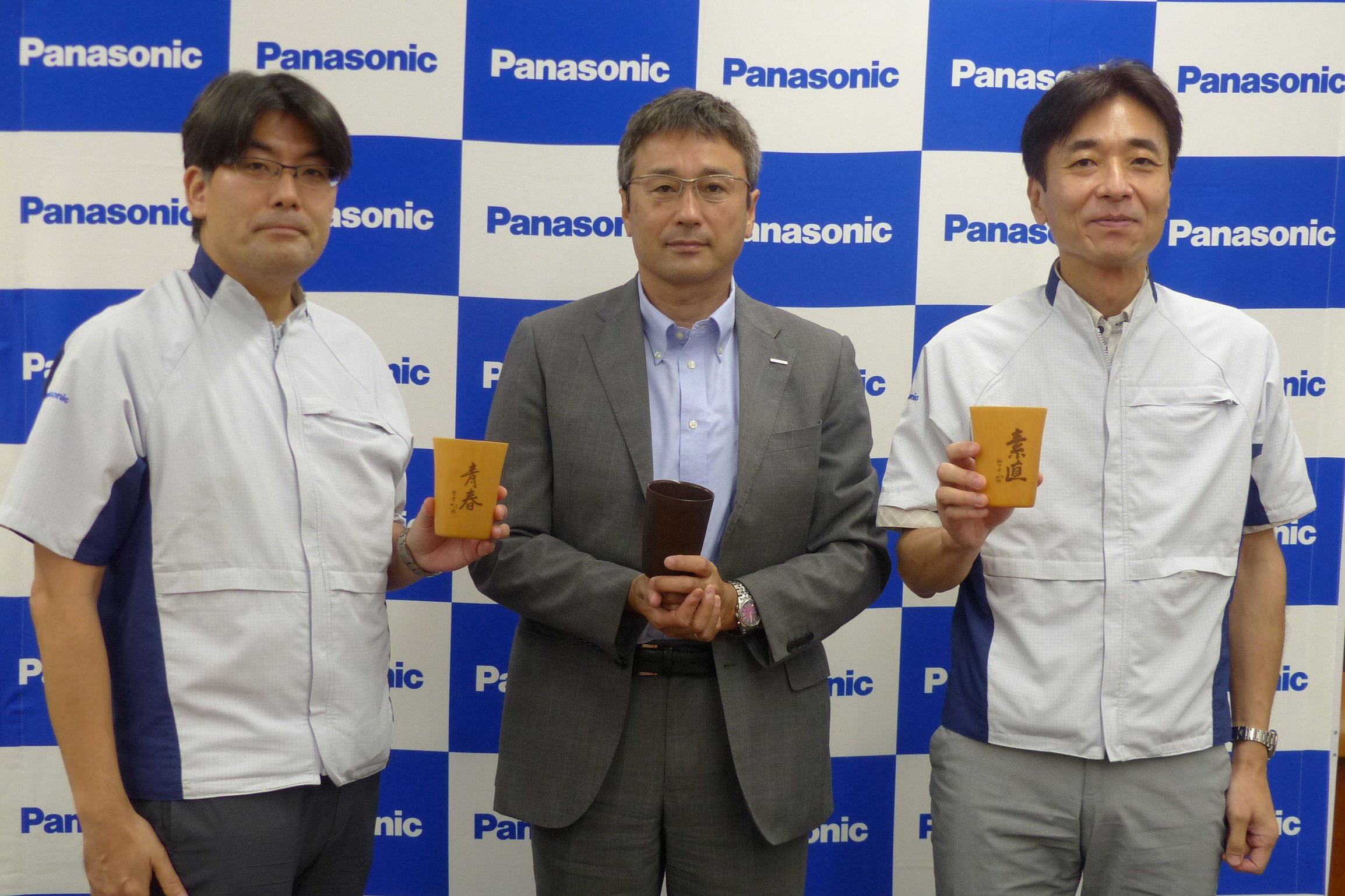 Photo: Cellulose fiber molding material development team (Photo center: Panasonic Corporation Manufacturing Innovation Division, General Manager, Hideo Ohara. Photo left: Same division, Production Engineering and Green Technology Laboratory, Chief Engineer, Toshifumi Nagino. Photo right: Same division, Mold & Die Technology Center, Manager, Tsuyoshi Kiritohshi)
