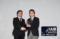 授賞式にて。IAIRグループ会長のGuido Giommi氏(左)とPA・土屋グループマネージャー
