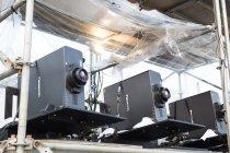 20,000ルーメンの3チップDLP方式プロジェクター PT-DZ21K を設置