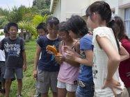 小笠原小学校の子どもたちが、文教用デジタルビデオカメラ『ぼうけんくん』を手にフィールドワーク体験