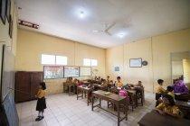 教室に新しく取り付けられた照明と天井扇