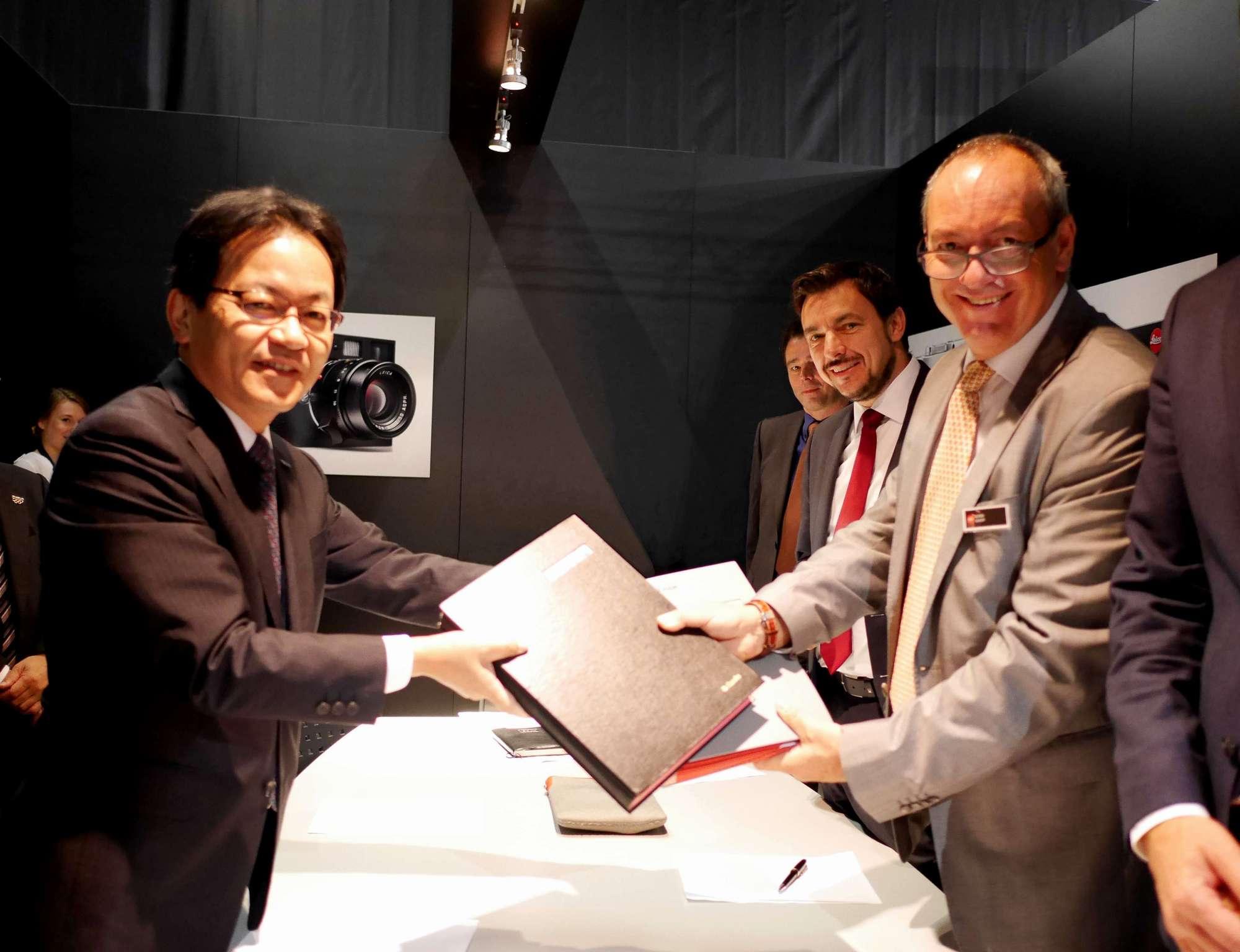 (写真左)AVCネットワークス社 宮部社長、(右)ライカCEO・アルフレッド・ショプフ氏
