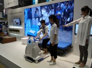 ベッドからの移動を支援する、自立支援型起立歩行アシストロボット(参考出品)