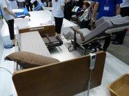 電動ベッドの一部が車いすになる離床アシストベッド「リショーネ」