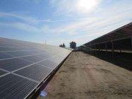 ファーマーズビル太陽光発電所に設置されたソーラーパネル
