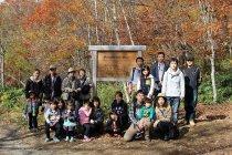 植林イベントでの参加者集合写真