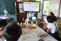 出前授業「あかりのエコ教室」(手回し発電を体験)