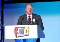 KWN25周年を祝い挨拶するパナソニック ノースアメリカ会長兼CEO ジョゼフ・テーラー氏