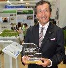 Super IGEM賞のトロフィーを持つパナソニック マレーシアの松永陽介社長