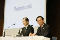 2014年度第2四半期連結決算について説明するパナソニック津賀一宏社長(右)と河井英明専務