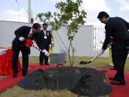 グランドオープンに際し記念植樹も行われた