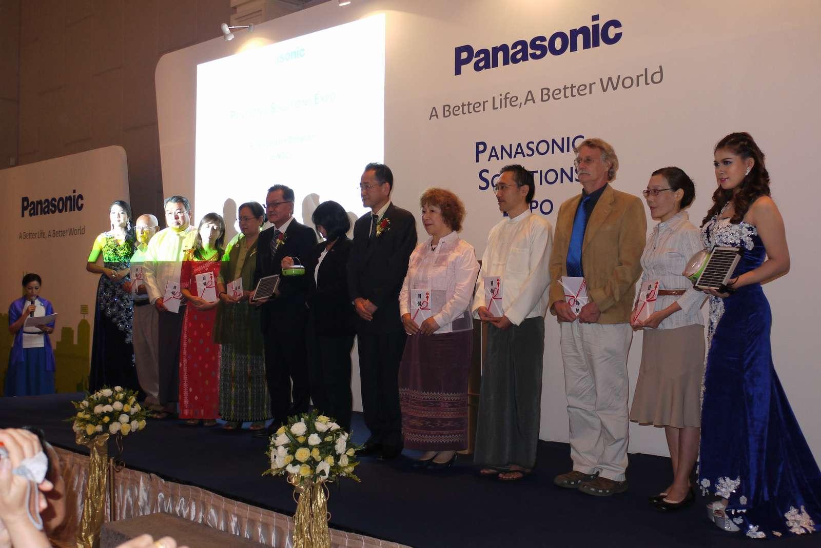 ミャンマーにおけるソーラーランタン寄贈式の模様