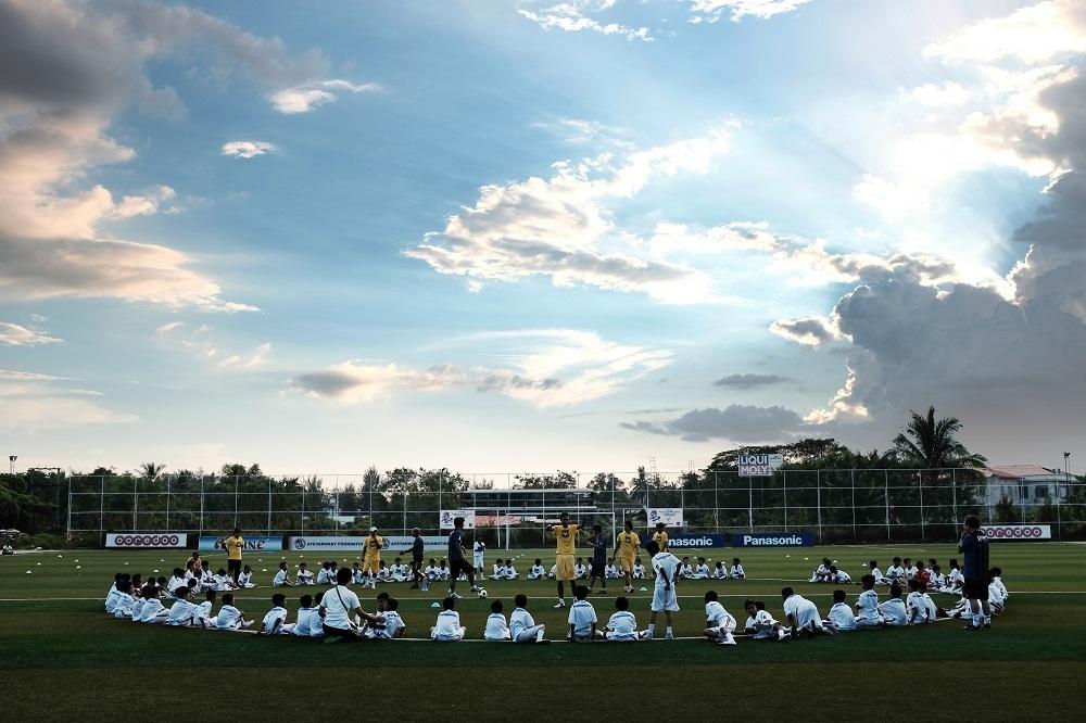 ミャンマーでサッカー教室を開催。選手やコーチも含め150名以上が参加。