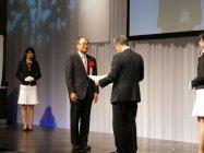 贈賞式にて表彰を受けるパナソニック株式会社 野村 剛 常務取締役