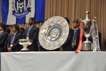 三冠トロフィー(写真左から)天皇杯、Jリーグ、ヤマザキナビスコカップ
