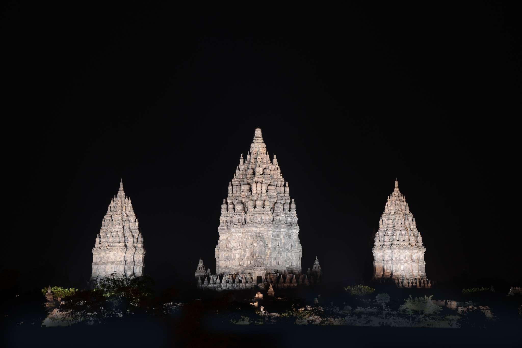 世界遺産「プランバナン寺院遺跡群 LED投光器でのライトアップ(プラチナ色)