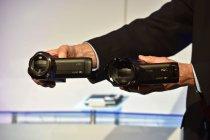 ツインカメラ機能を搭載し、4K撮影が可能なWX970(右)とVX870(左)