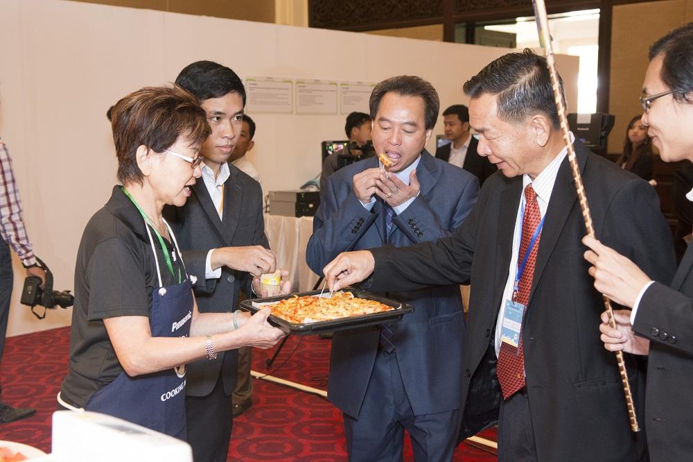 会場では、電子レンジで調理された料理の試食も行われました。