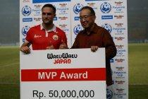 最優秀選手に選ばれたペルシジャ・ジャカルタの選手には賞金が授与されました。