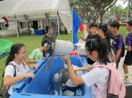 回収された廃家電の数をチェックするボランティアの学生たち
