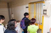 パナソニック製省エネ電球の取り付けのために一般家庭を訪問する学生