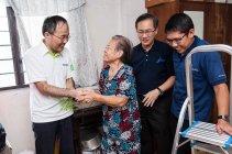 省エネ電球の無償支給に対し感謝の意を表すKng Kheat Hong氏