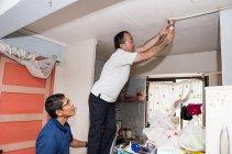 ボランティアの学生だけでなくパナソニック幹部も省エネ電球の取り付けに参加