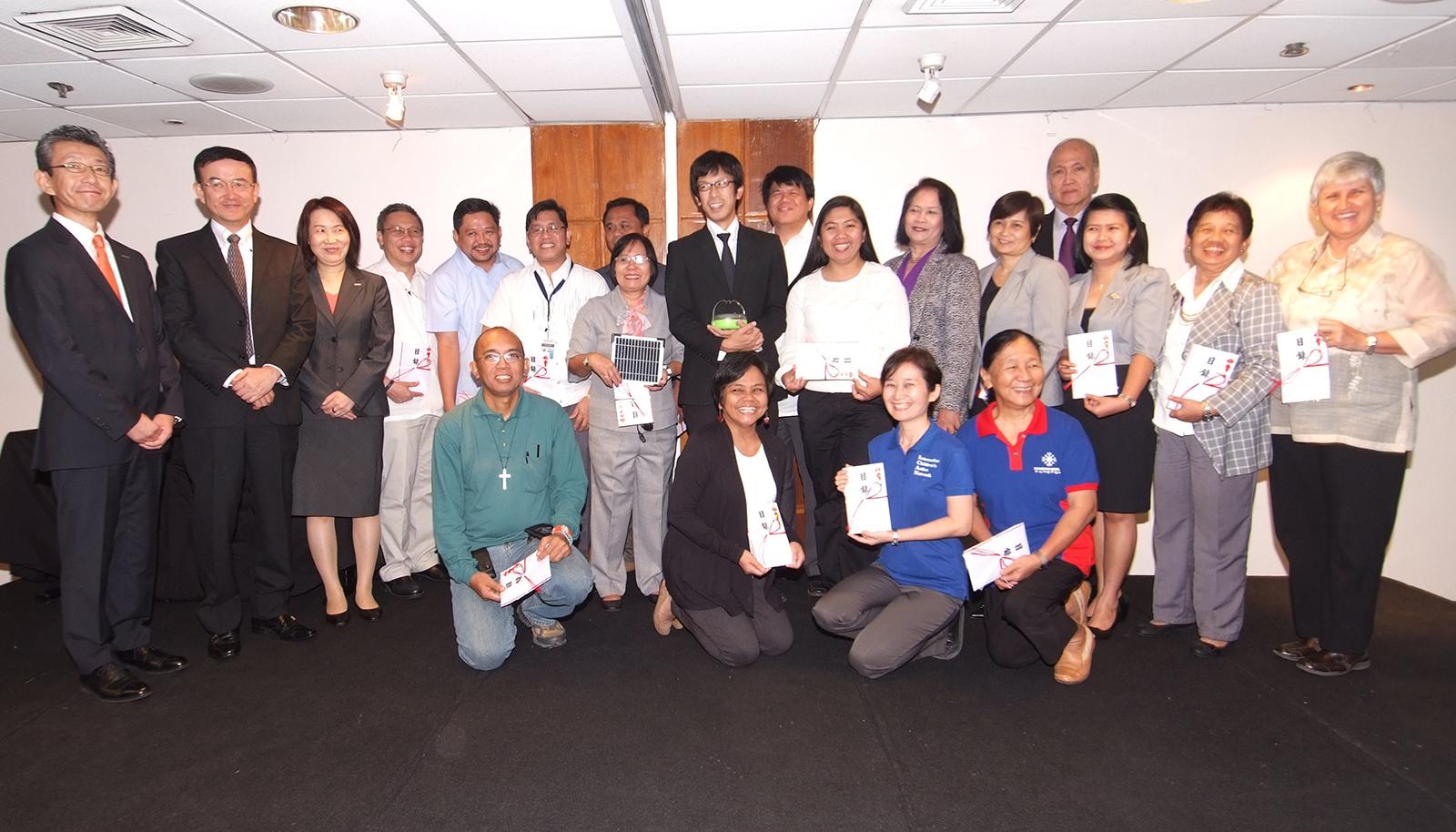 フィリピン マニラにおけるソーラーランタン寄贈式の模様(1)