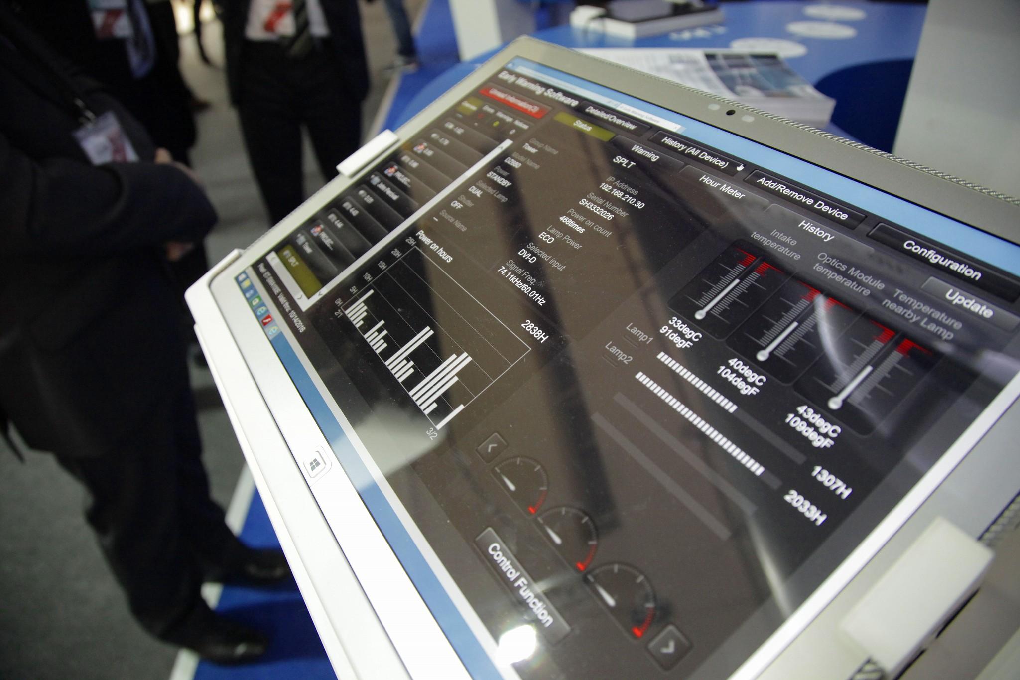 M2Mクラウドに接続されたプロジェクターなど機器の状態を遠隔で監視・管理することができる
