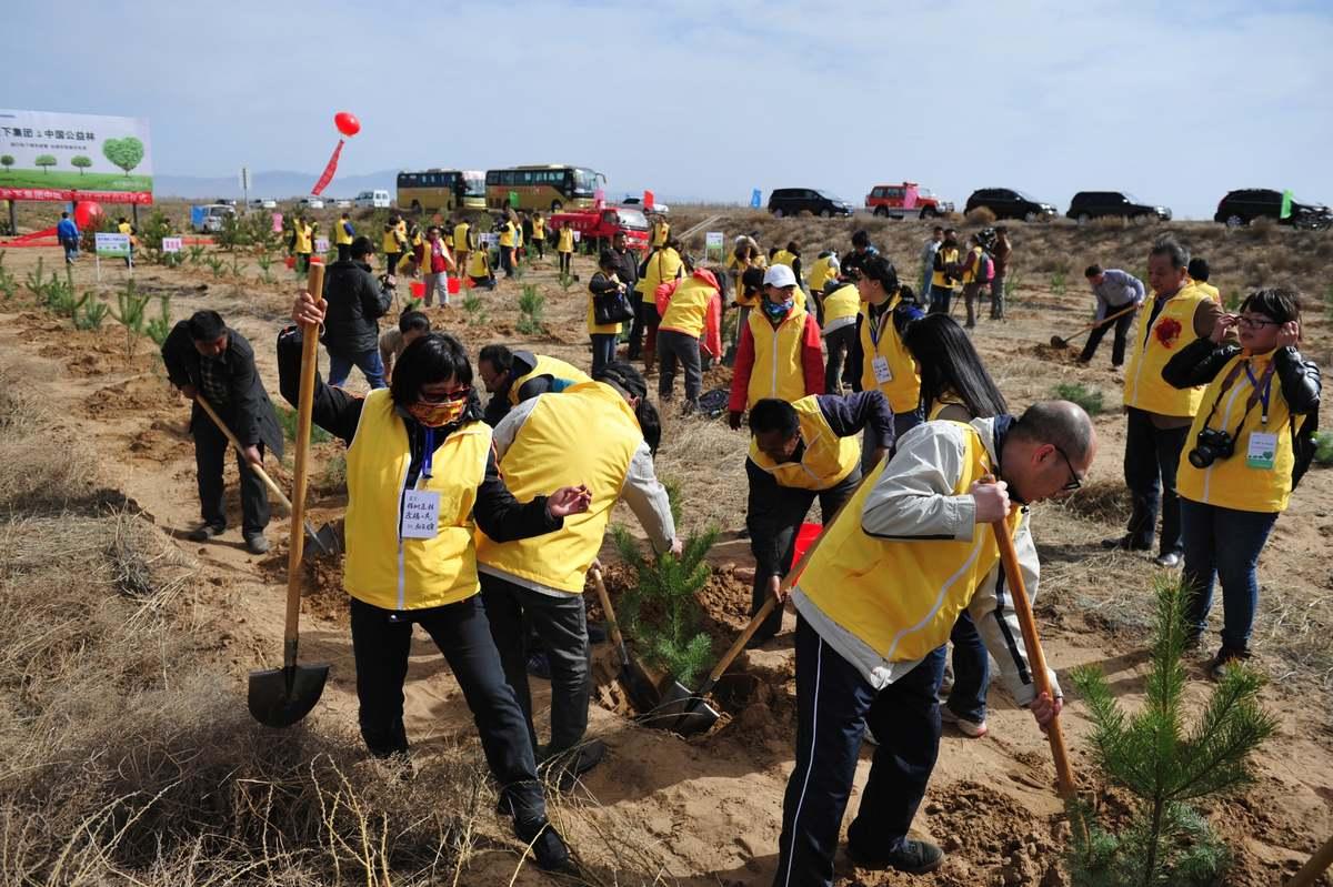 植樹に取り組む中国のパナソニックグループ社員