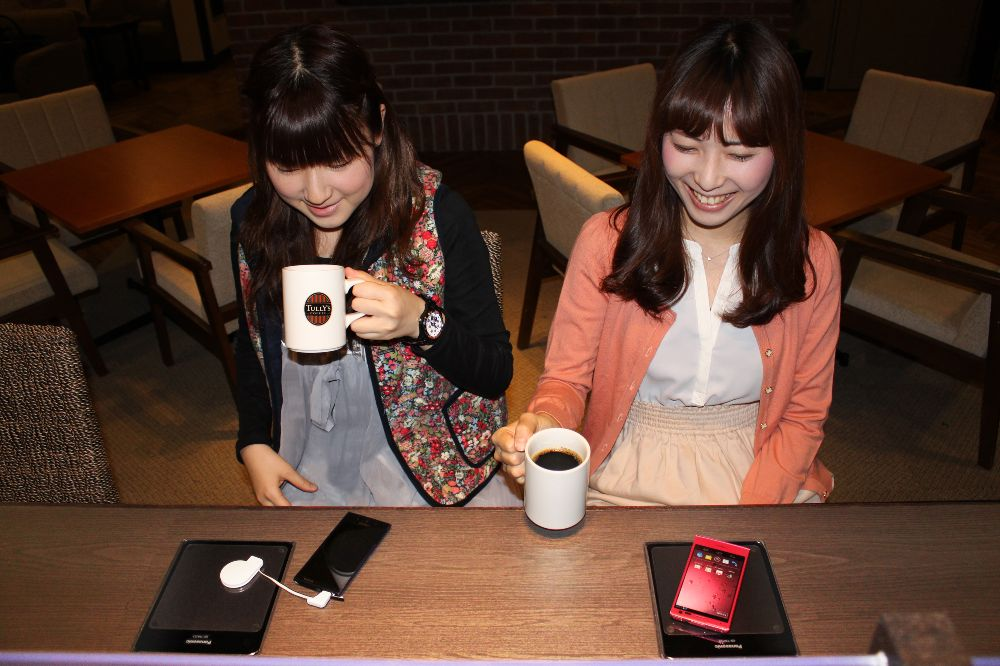 無接点充電パッド使用イメージ、タリーズコーヒー阪急三宮サンキタ通り店