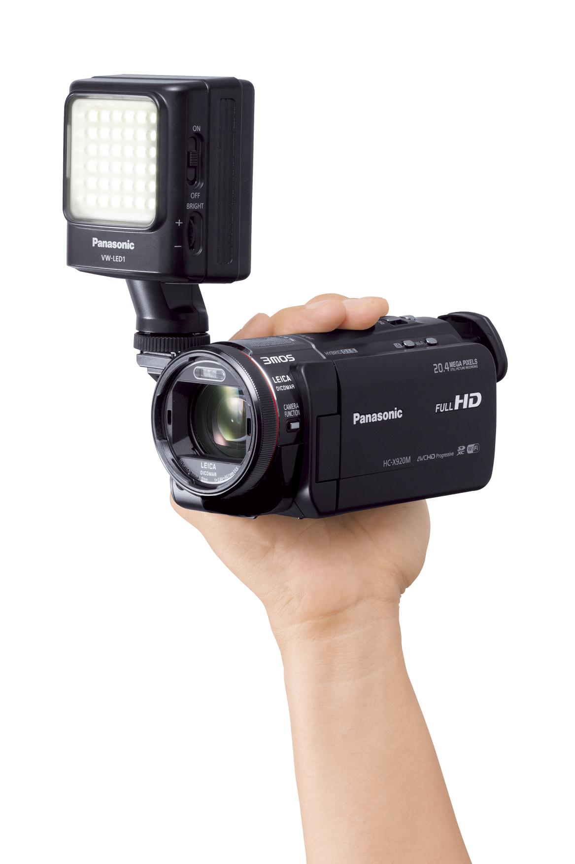 LEDビデオライトを装着したデジタルハイビジョンビデオカメラ「HC-X920M」