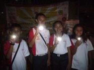 LEDネックライトを手にする子どもたち