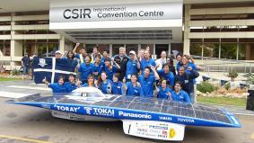 優勝したパナソニックHITや蓄電池搭載の東海大ソーラーカーとチームメンバー