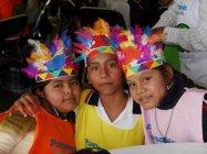 色鮮やかな羽飾り。先人の伝統習慣について学びました。