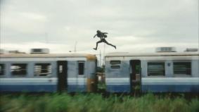 廃列車の上も駆け抜ける (0分18秒)