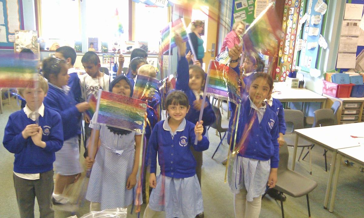 ICチューブで作った旗をふる小学生たち(イギリス)