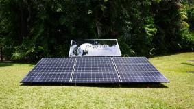 HIT(R)太陽電池パネル。皆既日食ライブのために発電中。