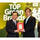 台湾環境保護署の沈署長より表彰を受けるPTWの中谷総経理