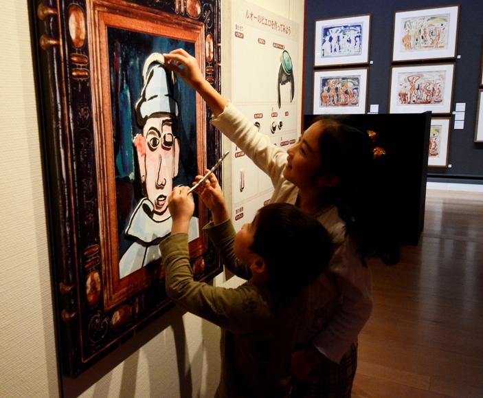 「ルオーのピエロ 福笑い」を楽しむ子供たち