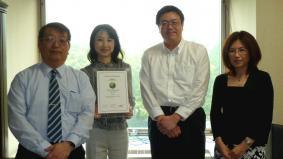 認定書を手にするパナソニック・CSR担当室のメンバー