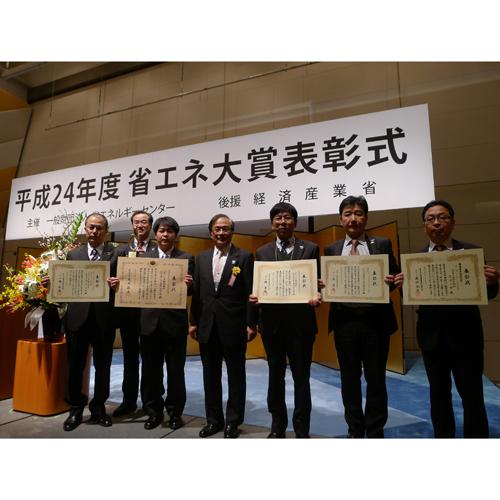 表彰式での竹花常務役員(中央)と各受賞事例の代表者